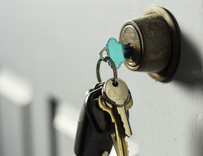 se me rompio la llave en la cerradura como la saco
